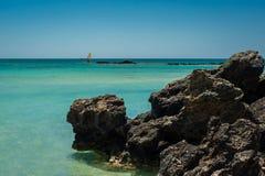 Windsurfer на воде бирюзы, пляж Греция Elafonisi розовый, Стоковые Изображения RF