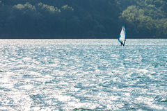 Windsurfer на озере Стоковые Фотографии RF