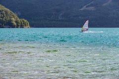Windsurfer на озере Стоковые Изображения RF