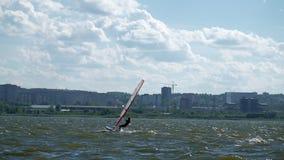 Windsurfer на озере акции видеоматериалы