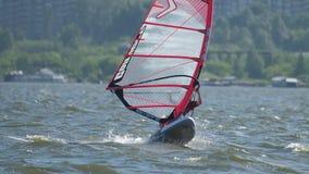 Windsurfer на озере сток-видео