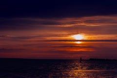 Windsurfer против предпосылки захода солнца на море Стоковое Фото