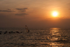 Windsurfer bij de zonsondergang Royalty-vrije Stock Afbeelding