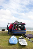 Windsurfer che si prepara dalla sua automobile Fotografie Stock