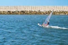 Windsurfer dagelijkse praktijk dichtbij strandboulevard Stock Afbeelding