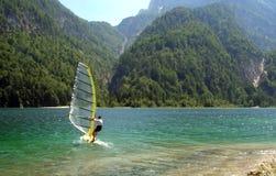 Windsurfer dans un lac de montagne Photographie stock