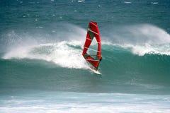 Windsurfer, der eine gute Welle schießt Lizenzfreies Stockfoto