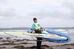 Windsurfer, der fertig wird zu surfen Stockfotografie