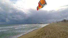 Windsurfer, der versucht aufzustehen und zu surfen stock video