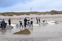 Windsurfer die een onderbreking aan de strandkant nemen Stock Afbeelding