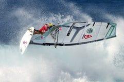 Windsurfer die op golf vliegt Stock Fotografie