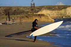 Windsurfer die op het strand loopt. Stock Fotografie