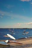 Windsurfer dostaje przygotowywający żeglować od brzeg jezioro Fotografia Stock