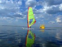 Windsurfer e la sua riflessione Fotografia Stock Libera da Diritti