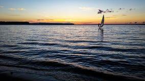 Windsurfer żeglowanie w jeziorze przy zmierzchem Obraz Stock