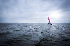 Windsurfer en un lago grande Fotos de archivo libres de regalías