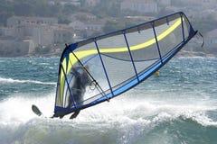 Windsurfer en vent violent Photo stock