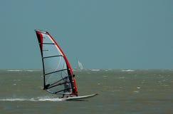 Windsurfer en zeilboot Stock Fotografie