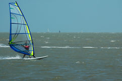 Windsurfer en zeilboot II stock foto's