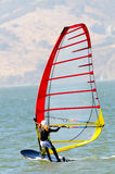 Windsurfer heraus auf dem Wasser Lizenzfreies Stockbild
