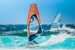 Windsurfer het berijden met gekleurde zeilen stock foto