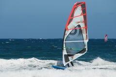 Windsurfer het bewegen zich Stock Foto's