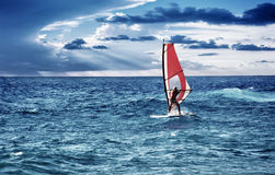Windsurfer im Meer Stockfotos