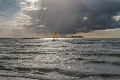 Windsurfer im Meer am Abend Lizenzfreie Stockfotografie