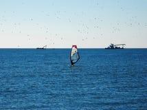 Windsurfer im Meer auf dem Horizont lizenzfreies stockfoto