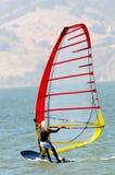 Windsurfer à l'extérieur sur l'eau Image libre de droits