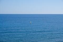 Windsurfer lontano sull'orizzonte dell'oceano Fotografia Stock Libera da Diritti
