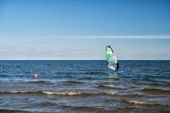 Windsurfer lub mężczyzna sportowiec surfuje i żegluje na pokładzie Zdjęcia Stock