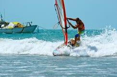 Windsurfer met zeil Stock Afbeelding