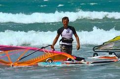 Windsurfer mit Segel Lizenzfreies Stockfoto