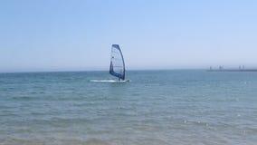 Windsurfer nähert sich dem Ufer - 9s stock footage