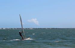 WINDSURFER NA LAGOA INDIANA DO RIO EM STUART, FLORIDA Imagens de Stock Royalty Free