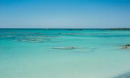 Windsurfer na turkusowej wodzie, Elafonisi menchia wyrzucać na brzeg Grecja, Obrazy Royalty Free