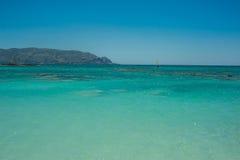 Windsurfer na turkusowej wodzie, Elafonisi menchia wyrzucać na brzeg Grecja, Zdjęcie Stock