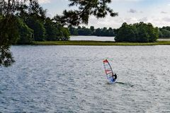 Windsurfer no lago Galve perto de Trakai Fotografia de Stock