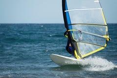Windsurfer poruszający na fala Zdjęcia Royalty Free