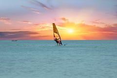 Windsurfer przy Aruba wyspą na morzu karaibskim przy pięknym s Fotografia Royalty Free