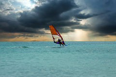 Windsurfer przy Aruba wyspą na morzu karaibskim Zdjęcia Royalty Free