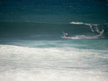 Windsurfer que compeeting na praia Maui de Hookipa Fotos de Stock Royalty Free