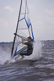 Windsurfer que hace un truco Imagenes de archivo