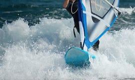 Windsurfer que move sobre as ondas Imagem de Stock
