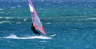 Windsurfer que viaja a la velocidad en el océano Imágenes de archivo libres de regalías
