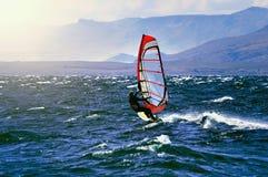 Windsurfer Sportman на поверхности озера Стоковые Фото