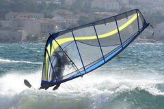 Windsurfer in sterke wind Stock Foto