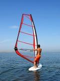 Windsurfer sur des ondes d'un golfe Images stock