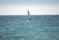 Windsurfer sur la mer photo stock
